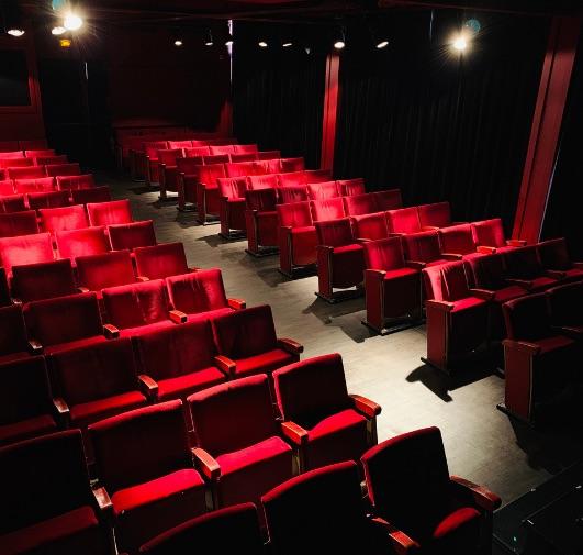 Anne Roumanoff est la marraine de la compagnie du café-théâtre depuis 2001. Le nom de la salle lui est dédié.