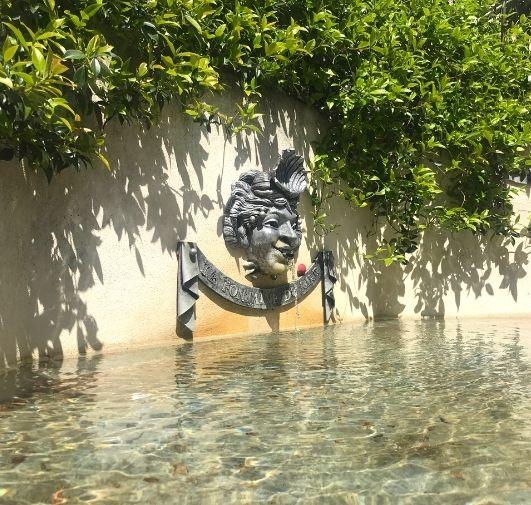 Le voyage à nantes, découvrez la Fontaine du rire à Nantes. En touchant l'eau vous deviendrez drôle simultanément - Sellig